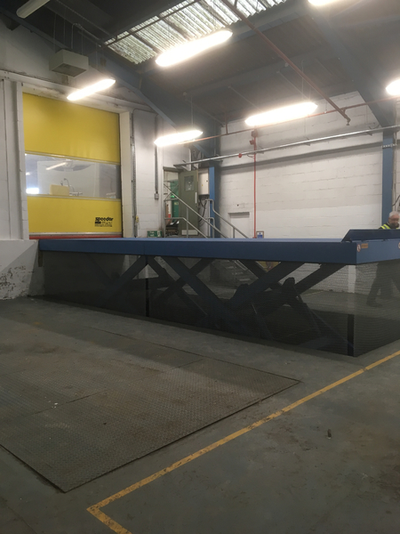 Double horizontal loading bay lift