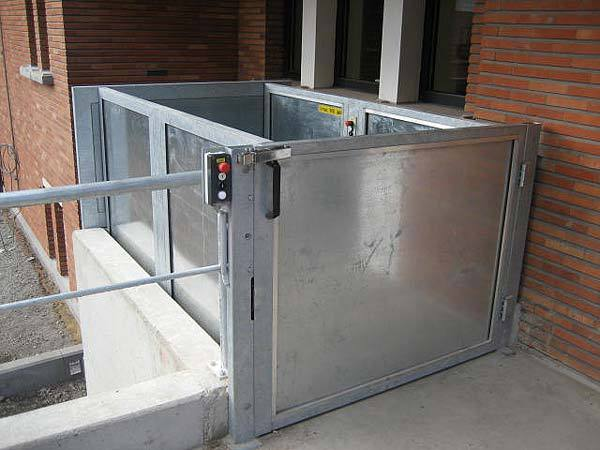 External wheelchair and disabled access lift