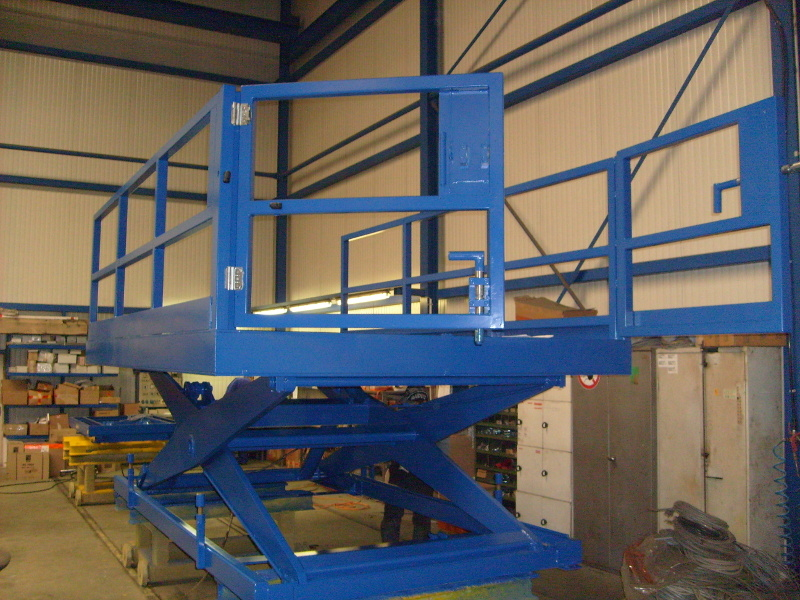Heavy duty gates on vehicle loading Lift Table