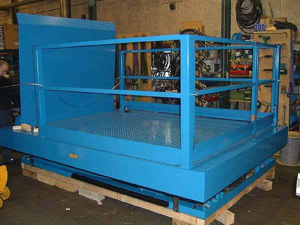 Industrial hydraulic lifting platform with side guards and bi-parting access gates
