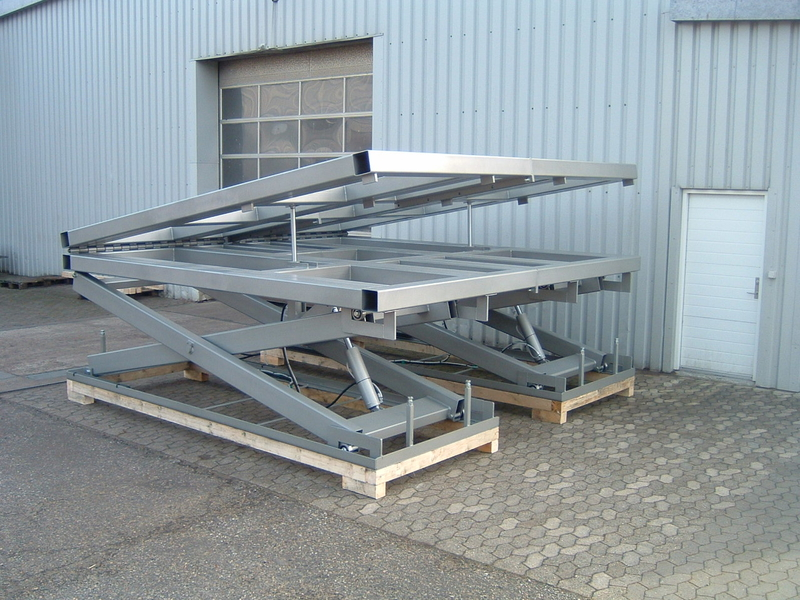 Lift and tilt scissor lift table