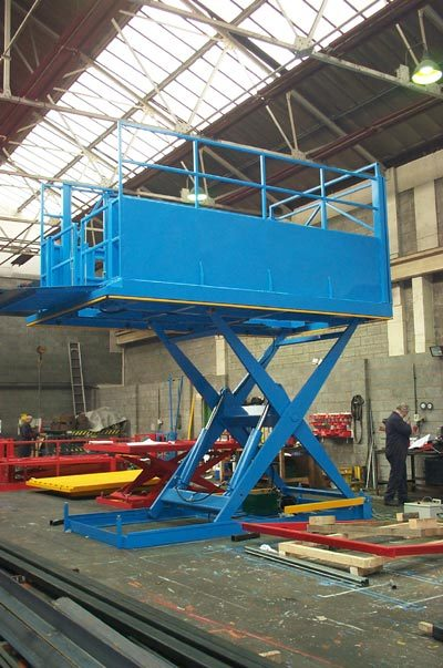 Lift table for double decker vehicle loading