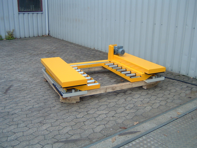 Low closed scissor lift with gravity roller track