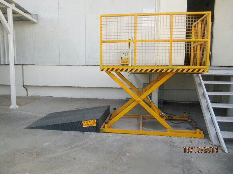 Low level single scissor bin lift
