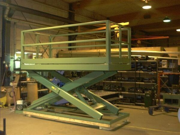 Platform lift scissor lift table with handrail and gates
