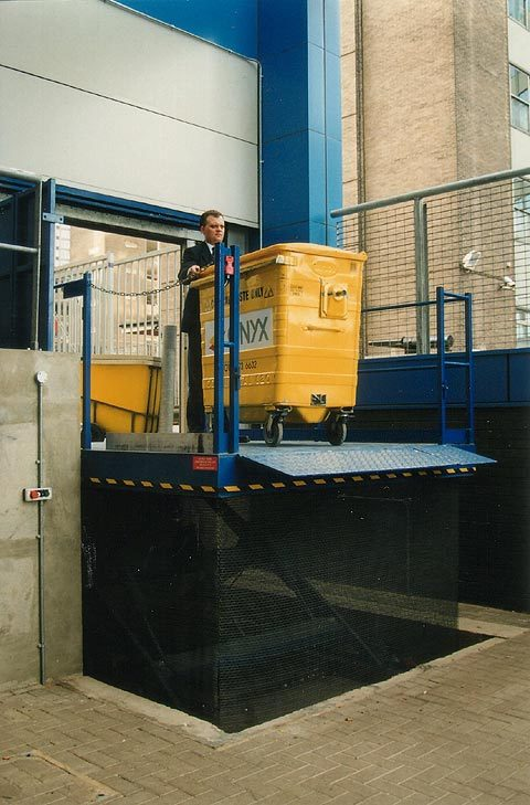 Refuse bin Scissor Lift Table with hinged bridge plate for vehicle loading