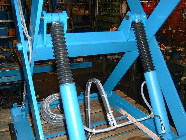 Scissor Lift Table with cylinder rod gaiter protection