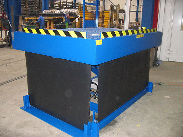 Scissor Lift Table with roller blind flexible guarding and rising plate wheelstops