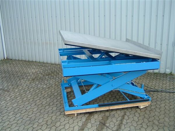 Scissor lift with stainless steel tilt table