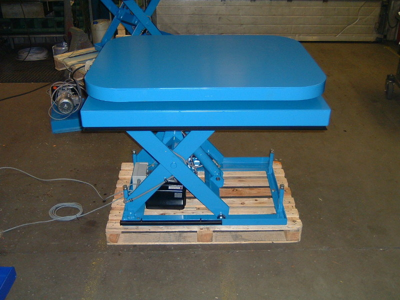 Scissor lift with turntable