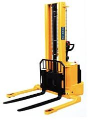 Self propelled straddle stacker