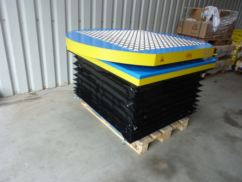 Turntable single scissor lift with bellows guard